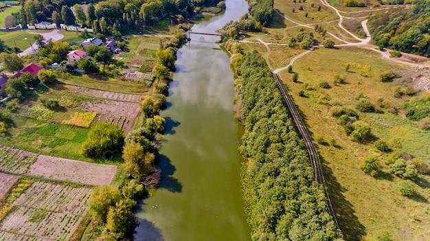 Прекрасный вид на лес и реку в городе. с высоты птичьего полета.