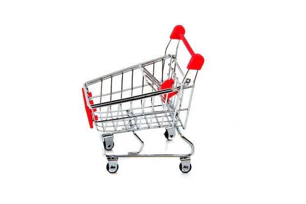 白で隔離される空の赤いショッピングカート