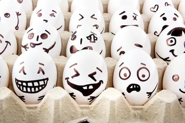 トレイに描かれた漫画の顔を持つ卵。