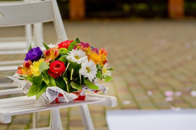 木製のベンチに木製の花瓶に美しいギフトブーケ。