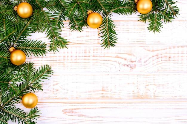 白い木製の背景にクリスマスのモミの木。
