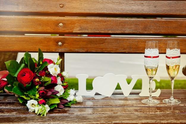 結婚式のテーブルの上の花束とシャンパングラス