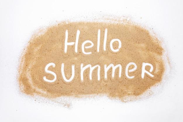 Слово привет лето на песке на белом фоне