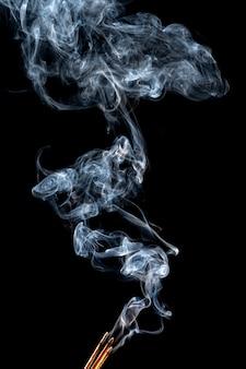 上昇する煙