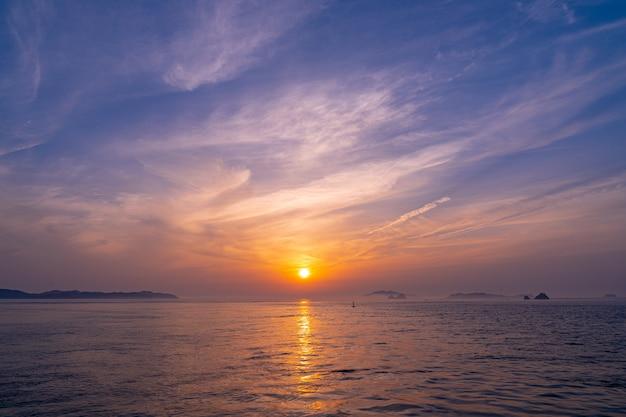 韓国の西海のすみれ色の夕景
