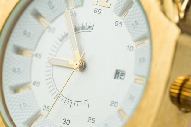 Стильные часы крупным планом