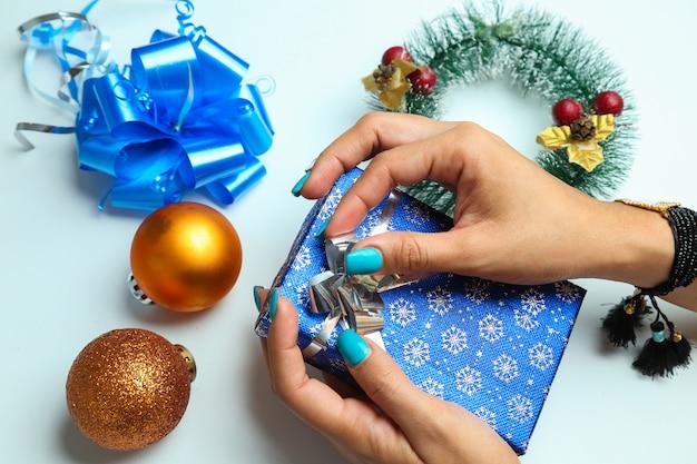 Молодая женщина готовит рождественский подарок