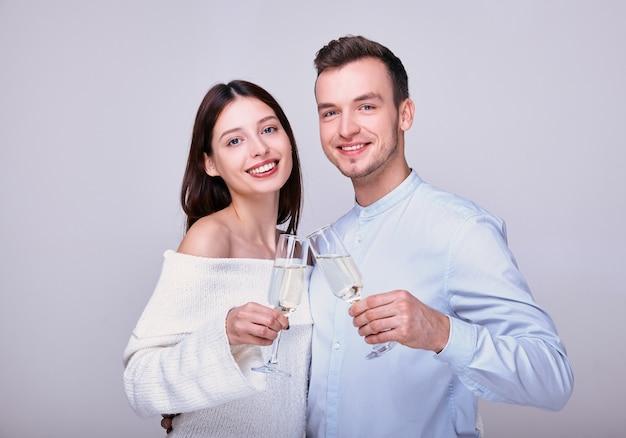 Счастливые влюбленные празднуют новый год, день святого валентина.