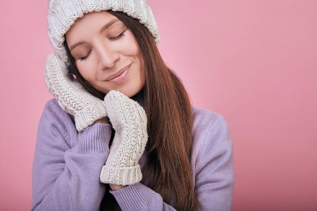 Нежная женщина с закрытыми глазами и сложенными руками под щекой