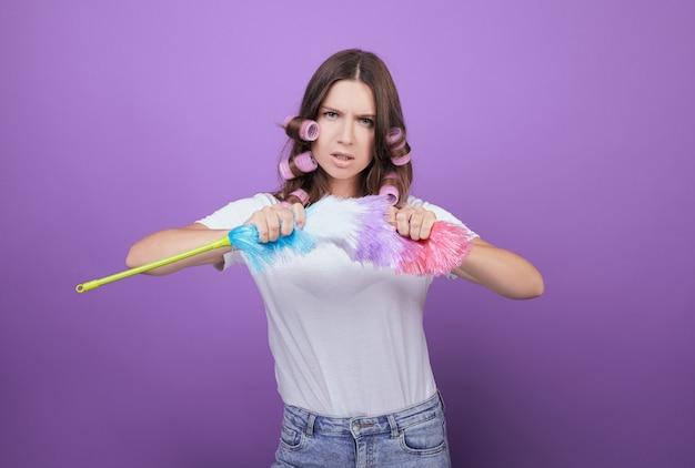 カーラーで怒っている女性がピピダスターを壊します。