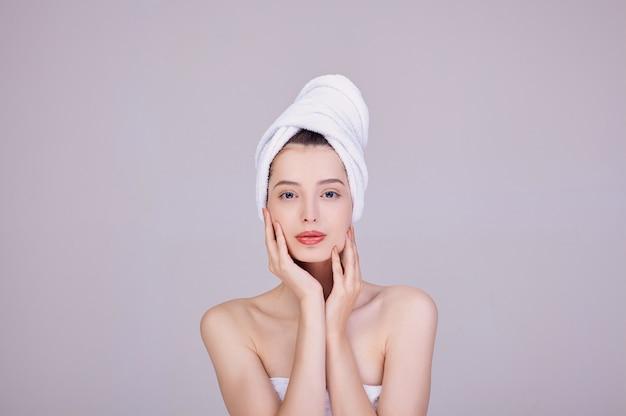 タオルに包まれた愛らしい半裸の女性の画像。
