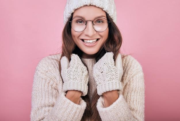 Теплая одежда девушки в холодное время года