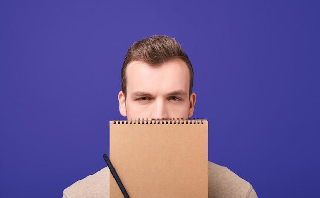 Серьезный человек с ноутбуком.
