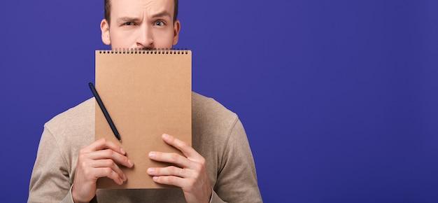 Обрезанная рамка человек с блокнот и ручка.