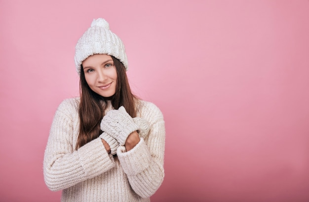 Веселая улыбающаяся женщина носит теплый вязаный свитер