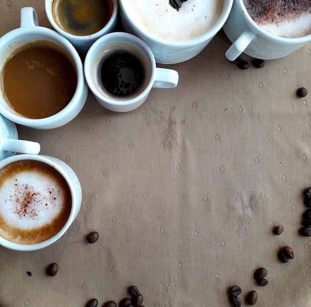 上からのコーヒーの多くのカップの背景