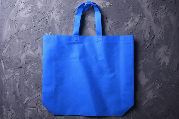 木製テーブルの上の織物バッグ