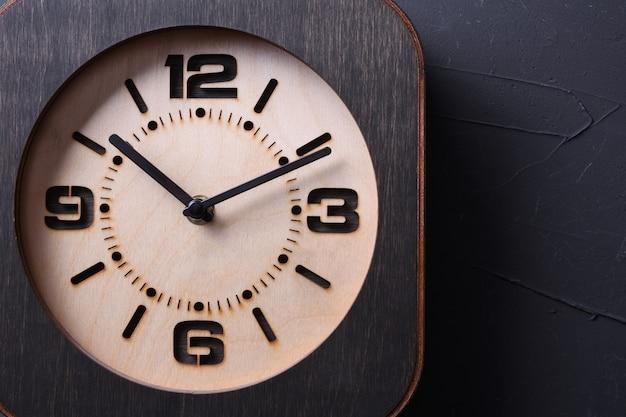 木製のテーブルに手作りの木製時計。閉じる。