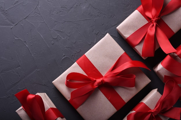 Символы влюбленности поздравительной открытки предпосылки дня валентинки, красное украшение с коробками подарков на каменной предпосылке. вид сверху с копией пространства и текста. плоская планировка