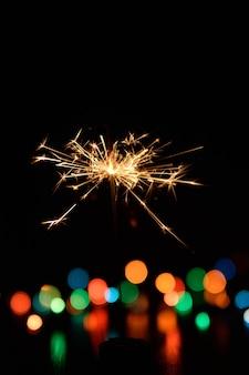 ぼやけた光で燃えているベンガルの火