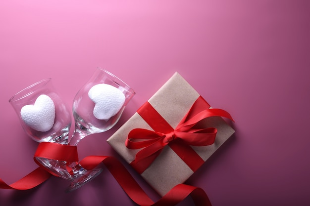Символы влюбленности поздравительной открытки предпосылки дня валентинки, красное украшение с стеклами. вид сверху с копией пространства и текста. плоская планировка