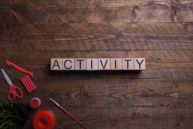 単語活動木製キューブ、教育、開発、木製のテーブルのトレーニングをテーマにブロック。上面図。テキストのための場所。
