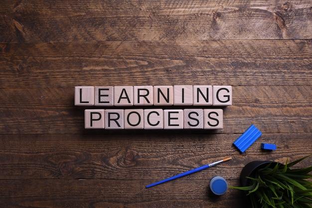 単語学習プロセス木製キューブ、教育、開発、木製のテーブルのトレーニングのテーマのブロック。上面図。テキストのための場所。