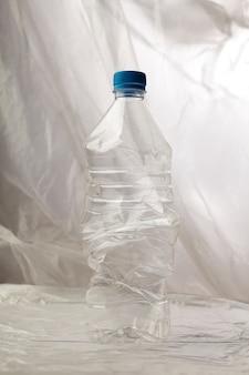 Деталь пластиковых бутылок для переработки.