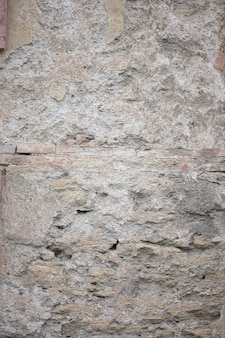 欠けた塗料と亀裂または灰色のコンクリート壁とセメント表面を持つ古い汚れたテクスチャのフラグメント