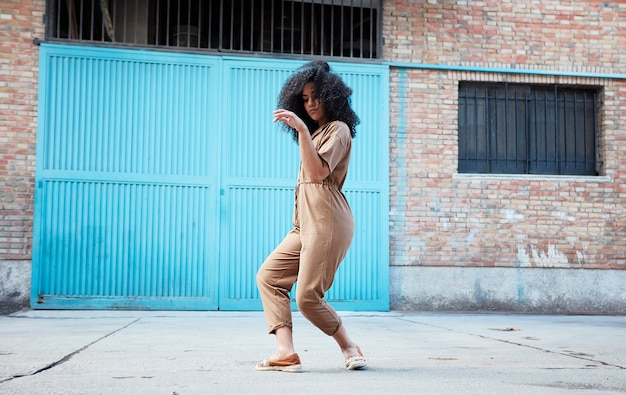 Молодой афроамериканец женщина танцует