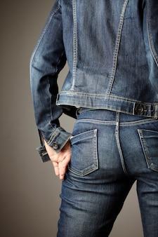 モデルに身を包んだジーンズの詳細