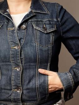 ブルーデニムジャケットを着たモデルの詳細