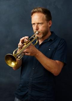 トランペットを演奏するベテランのミュージシャン