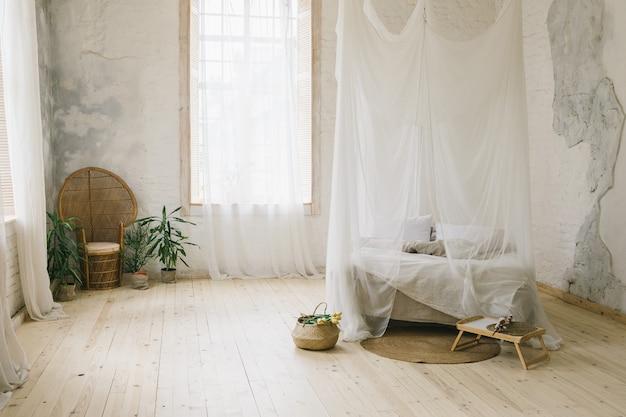 日当たりの良いスカンジナビアスタイルのインテリアベッドルーム