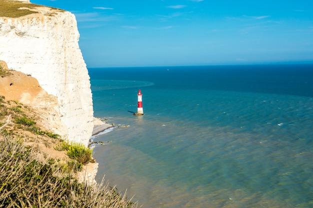 イギリスの水路の灯台。イギリスの晴れた夏の日