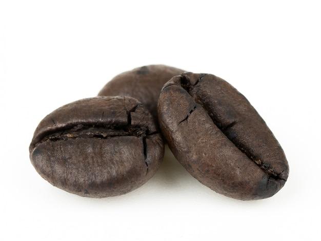 白い背景で隔離のクローズアップのコーヒー豆