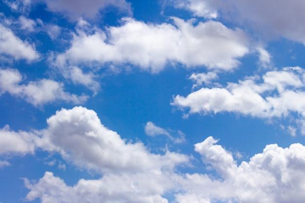 Красивое голубое небо с облаками