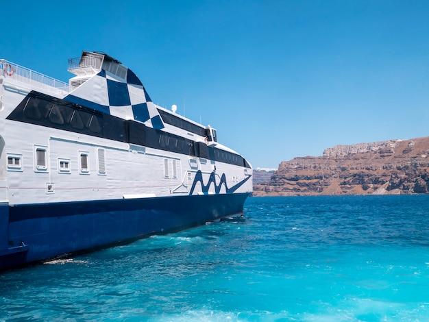 ギリシャのエーゲ海でボートに乗る。