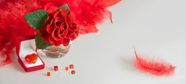 バレンタインの心、バラ、白い背景で隔離のギフトボックス。