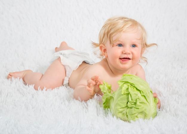 子供が遊んで、新鮮な有機野菜や果物を楽しんでいます。