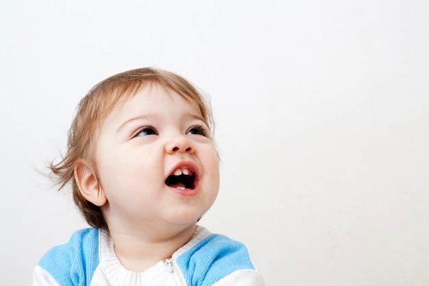 Веселый малыш с открытым ртом