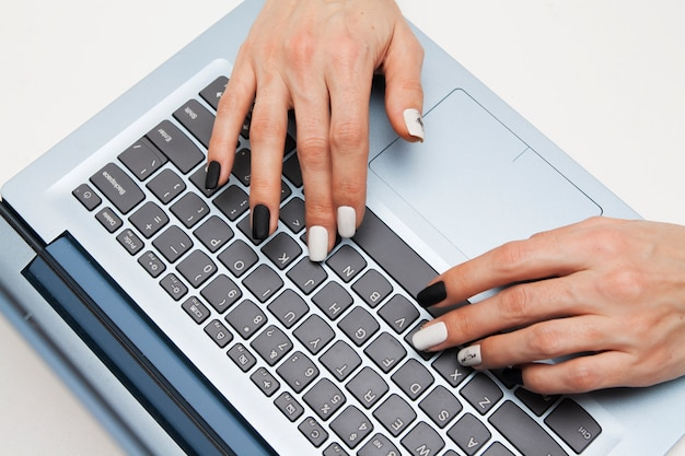 キーボードの女性の手
