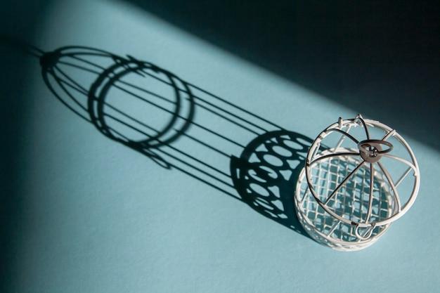 Птичья клетка с жесткими тенями. символ заключения, рабства