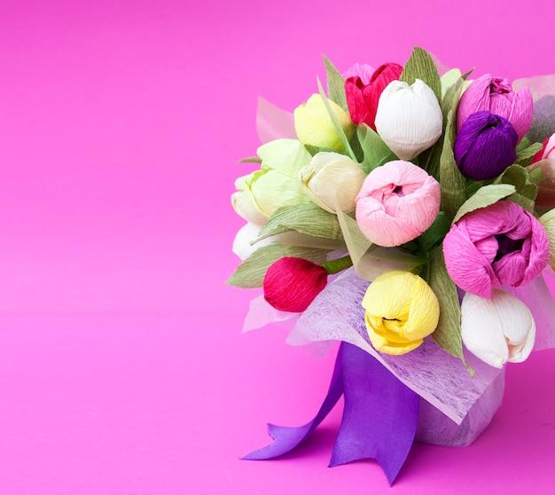 Букет из бумажных тюльпанов на розовом