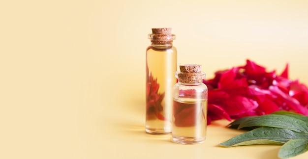Стеклянные бутылки с маслами или эссенцией из цветочных лепестков