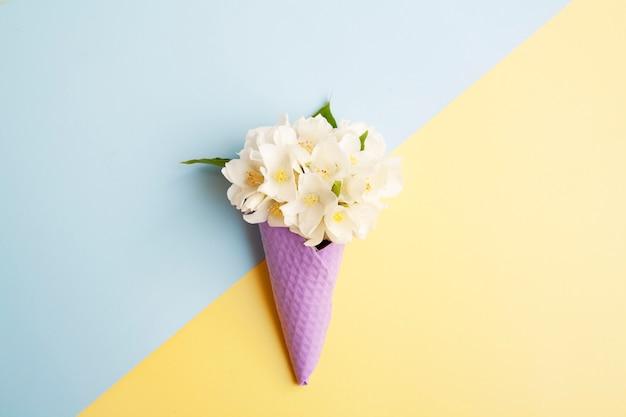 ワッフルコーンのジャスミンの花