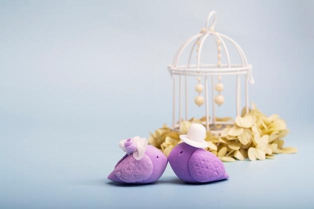 結婚式のカップルのシンボルとしてのエレガントな鳥。結婚式のコンセプト