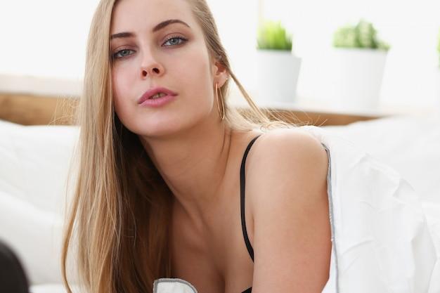 Молодая женщина просыпается утром