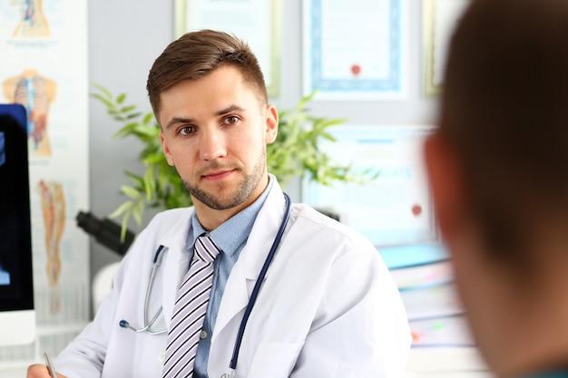 Доктор в белой форме со стетоскопом