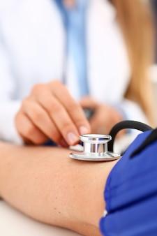 Руки женского доктора делают процедуру медика